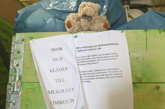 Även andra bidrag samlades in ombord och överlämnades till sjukhuset. Foto: Anders Kallin/Försvarsmakten