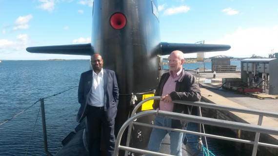 Riksdagsledamot Abdirizak Waberi och Bo Genfors på ubåten Upplands däck (foto: Försvarsmakten)