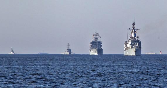 Fartygen på väg in till Karlskrona.