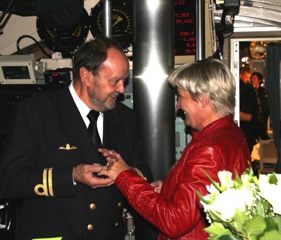 Ringen är på! Björn och Eva gifter sig i HMS Hallands manöverrum (foto:1.ubflj/Försvarsmakten)