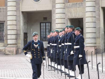 Löjtnant Johan Mattsson inspekterar soldaterna före postavlösning