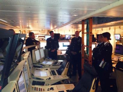 General Mirco Zuliani på besök i stridsledningscentralen ombord HMS Helsingborg
