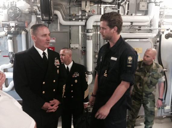 Master Chief Petty Officer of the Navy (MCPON), Michael D. Stevens ombord på HMS Visby i samtal med sonarofficeren, fanjunkare Jacob Alehammar