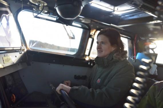 Anna Kinberg-Batra provade på att framföra en stridsbåt under ledning av stridsbåtsbesättningen, Foto: Anderas Löfqvist