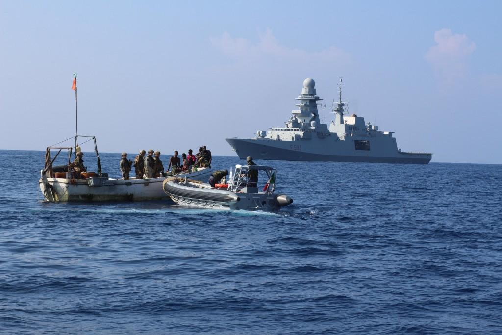Italienska Fregatten ITSCarabiniere RHIB Conducting Friendly Approach on Fishing Vessel
