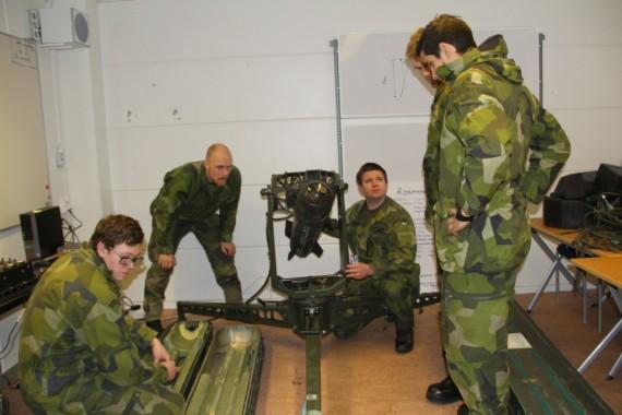 Kapten Fredrik Nilsson (sittande höger) berättade om Robot 17 systemet för intresserade kadetter. Foto Kristina Swaan