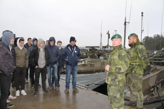 Sophie Mellstig och Christoffer Mansnerius berättade och visade hur stridsbåten fungerade. Foto: Kristina Swaan