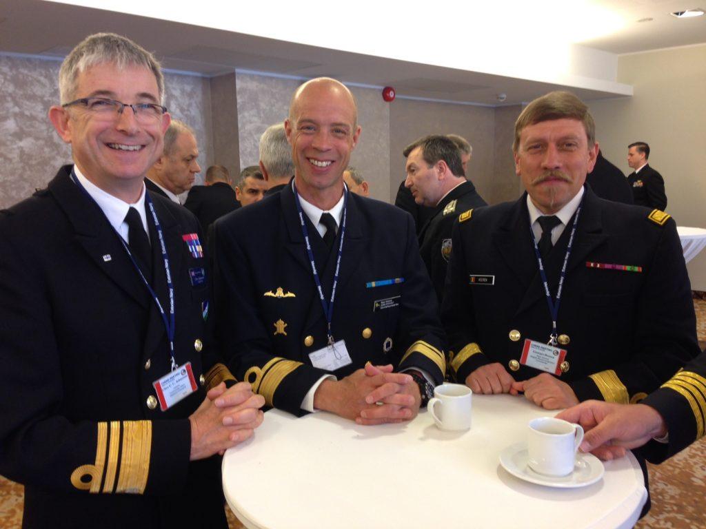 Marinchefen Konteramiral Jens Nykvist samspråkar med Viceamiral Clive Johnstone, Allied Maritime Command (till vänster) samt Belgiens Marinchef Konteramiral Georges Heeren (till höger).