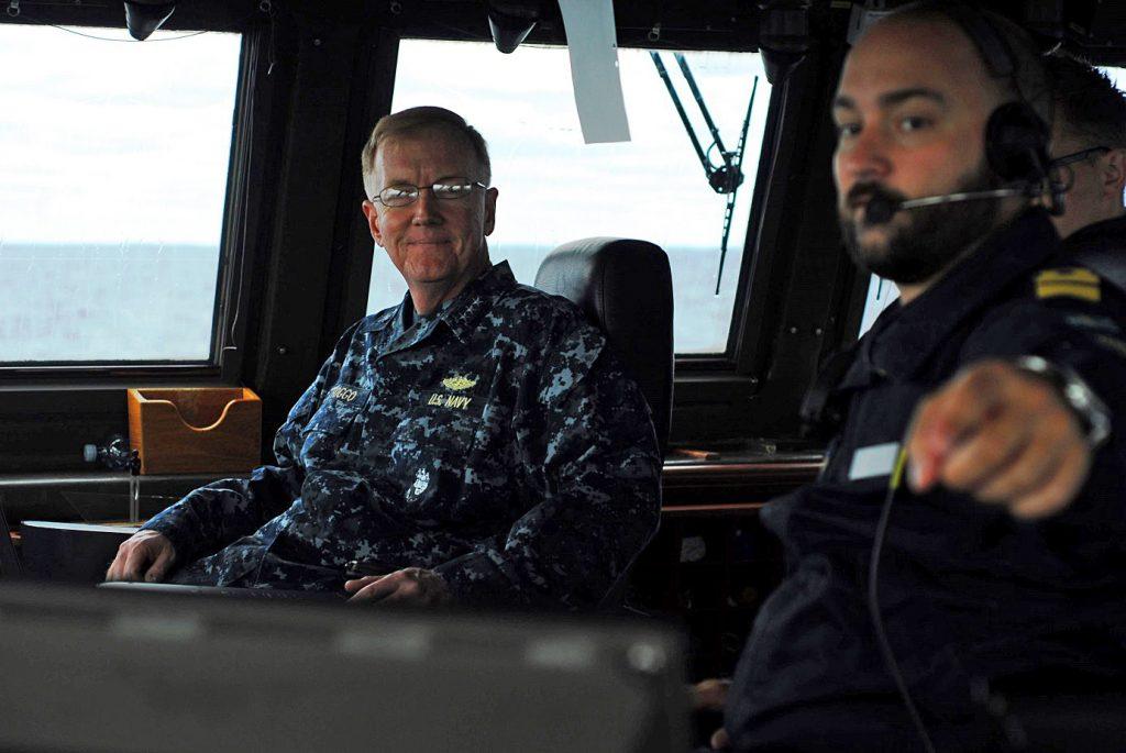 HMS Karlstads navigeringsofficer ger Amiral Foggo en genomgång av manöverbryggan.