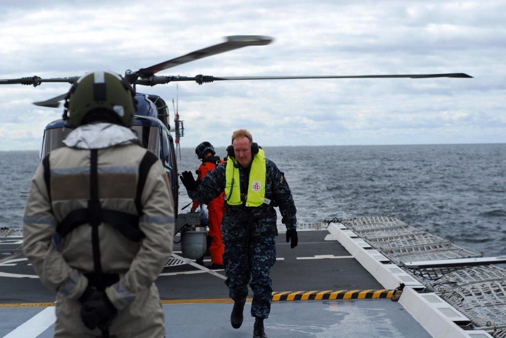 Amiral Foggo på väg ut ur helikoptern.
