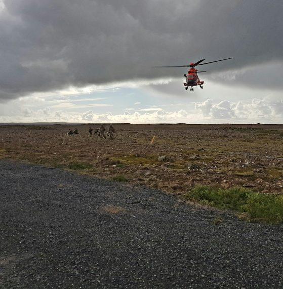 Helikopter har transporterat ett svenskt/danskt team till ett sökuppdrag. Foto: 44.röjdykardivisionen