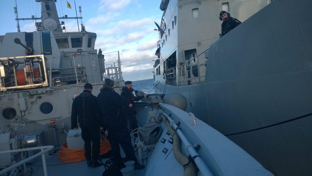 HMS Ulvön förtöjer på HMS Trossö som ligger till ankars för att genomföra RAS.