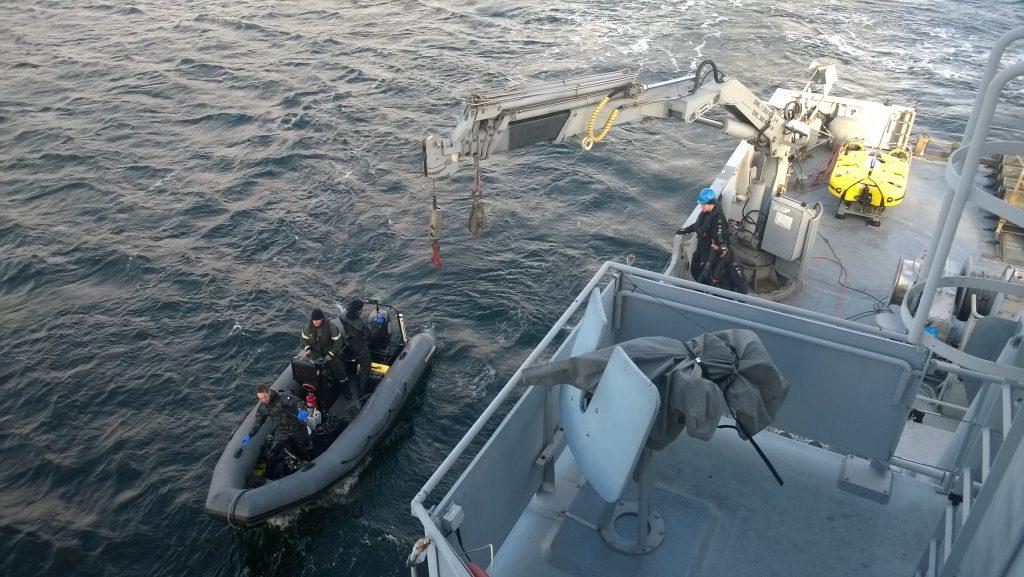 Röjdykarna kastar loss ifrån HMS Ulvön för ett lokaliserings- och dokumentationsdyk på ett av sonarofficerarnas objekt. Denna gång med luftutrustning samt dykarsonar (DDSS). Under övningen Swenex så har minröjningsfartyget förstärkts med dykförmåga ifrån Skredsvik.
