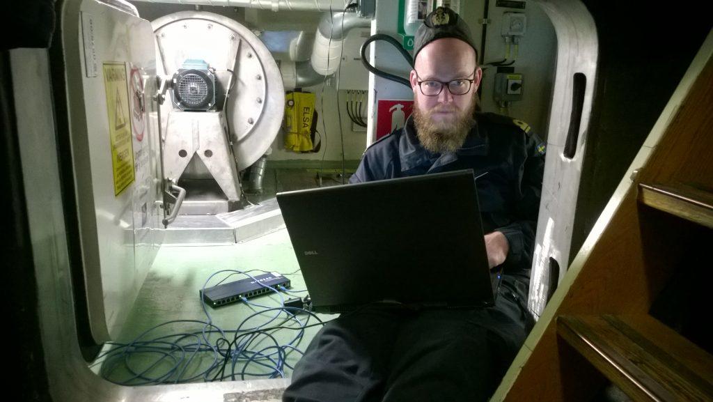 Systemtekniska officeren under felsökning i elapparatrummet.