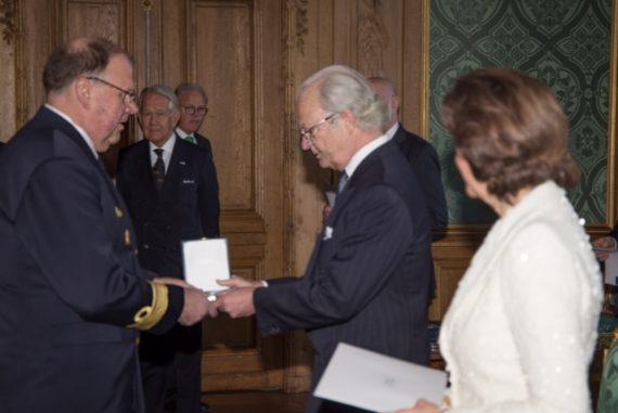 Engevall tar emot HM Konungens medalj. Foto: Clas Göran Carlsson