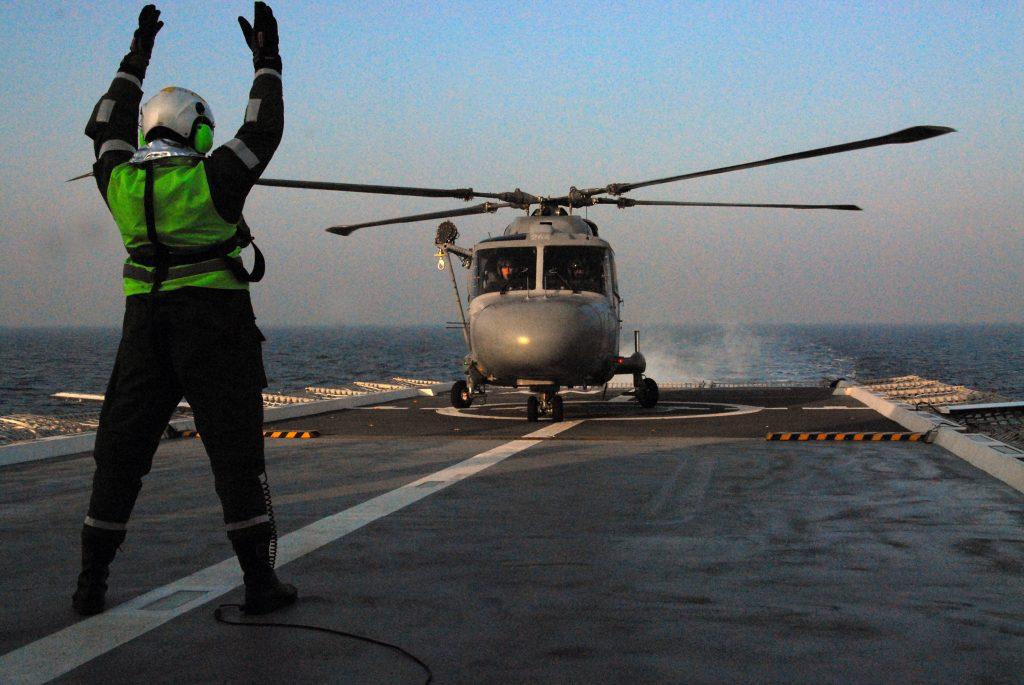 Den franska helikoptern landade och leddes från HMS Nyköping.