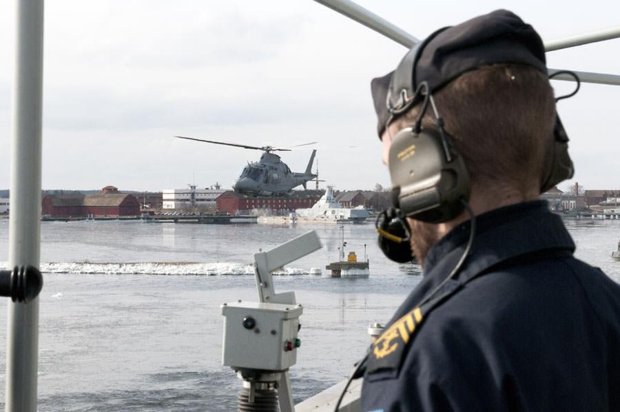Helikopter eskorterade Carlskrona under utlöpandet