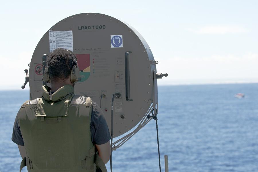Tolken Abbe använder högtalaren som gör att meddelanden kan sändas på långt håll. Foto Anders Kallin/Försvarsmakten