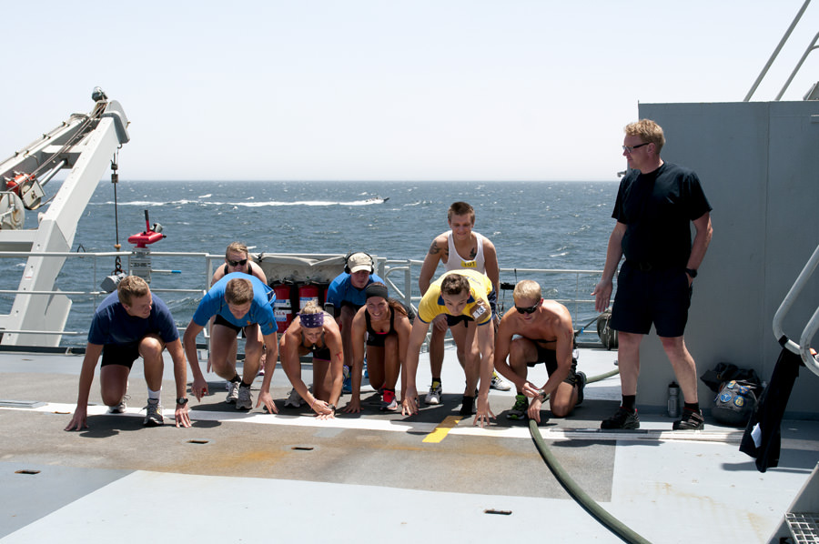 Fartygschefen Mathias Jansson agerar starter. Foto Anders Kallin/Försvarsmakten