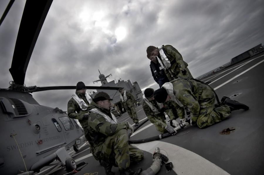 Den svenska helikopterpersonalen utnyttjar tiden till övning och förberedelser. Foto: Mattias Nurmela/Försvarsmakten