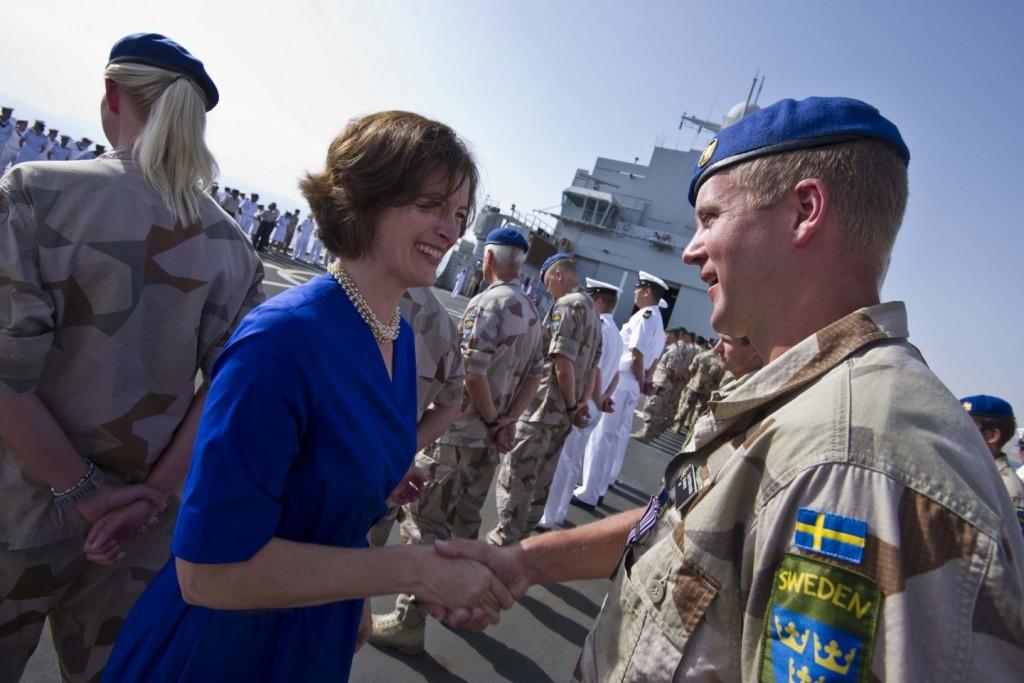 Sveriges ambassadör i Jordanien, Helena Gröndahl Rietz, fick äran att medaljera både svenskar och nederländare under ceremonin. Foto: Magnus Lindstedt/Försvarsmakten