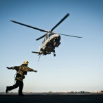 Helikopter 15 lyfter från Johan de Witts helikopterdäck för sista gången under denna insats. Foto: Magnus Lindstedt/Försvarsmakten