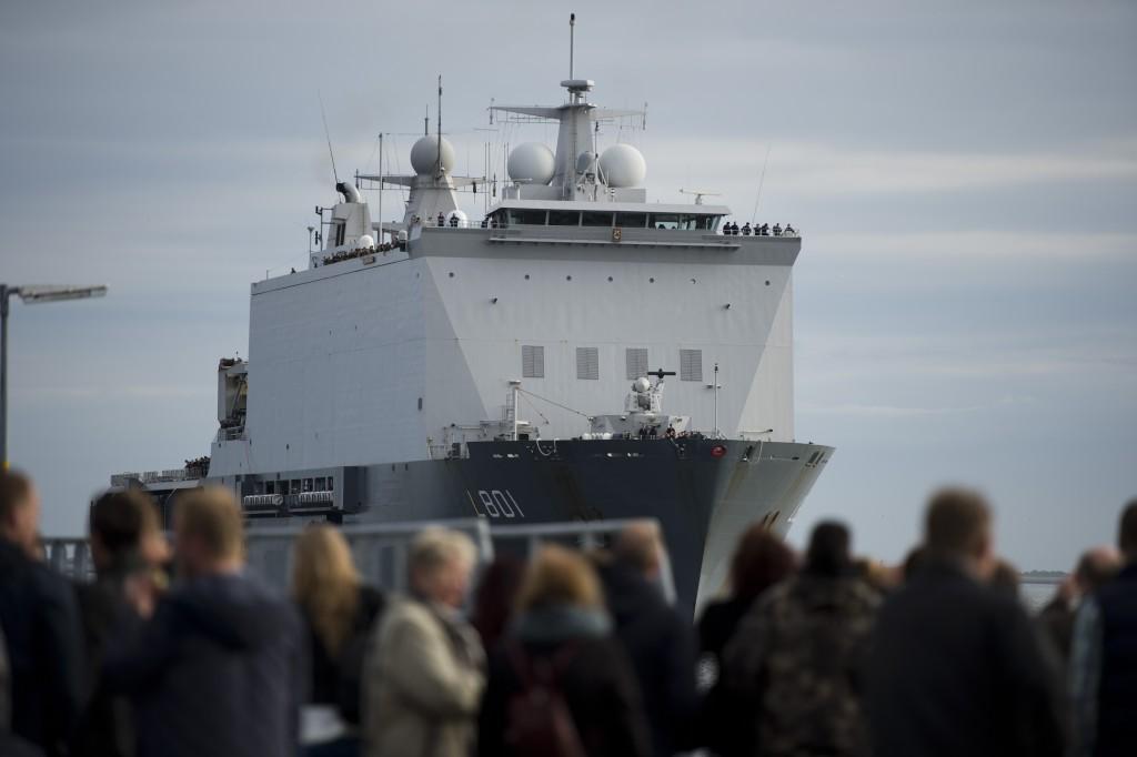 Stridsbåt 90 dockar ut för sista gången utanför DEN HELDER för att kunna påbbörja lastning på HMS BELOS. På kaj i DEN HELDER väntar anhöriga till den nederländska besättningen när HNLMS JOHAN DE WITT lägger till.