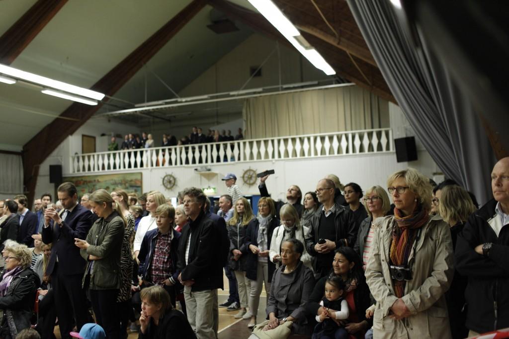 Det var trångt i exercishallen på Berga. Flera hundra av våra anhöriga ville vara med när vi fick våra medaljer. Foto: Niklas Ehlén/Combat Camera/Försvarsmakten