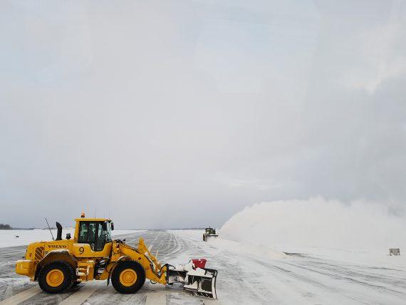 """Volvo L90 med YPV-plog skapar """"snösträng"""" för snöslungan i bakgrunden."""