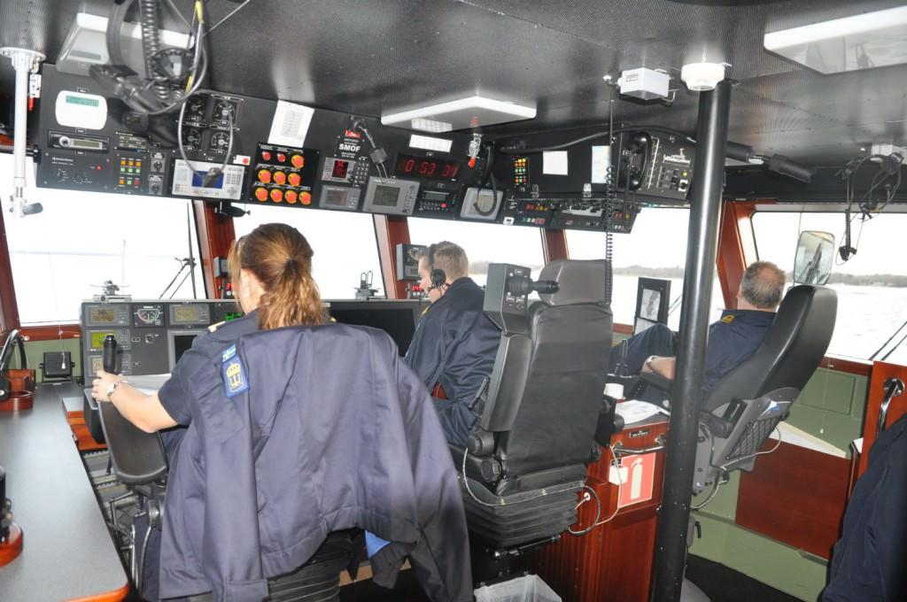 Besättningen på bryggan under högsta fart mot Norrköping