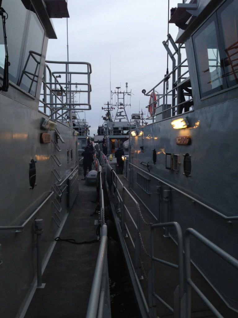 Maskintjänstecheferna har möte från hörnet på varsin båt innan losskastning Oskarshamn för vidare färd mot Karlskrona.
